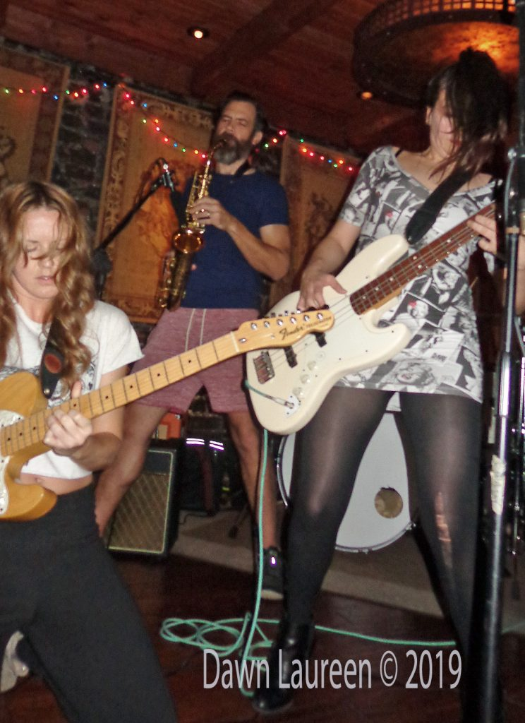 New-Elvis-Kaitlin-and-guitarist-DSC01022